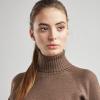 бежевый женский свитер из шерсти с высоким горлом